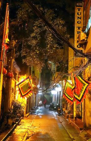 Tung Trang Hotel: the street at night