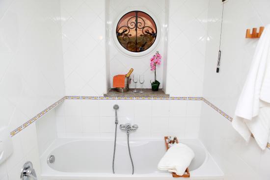 Hotel Rivoli Sorrento: bagno camera matrimoniale