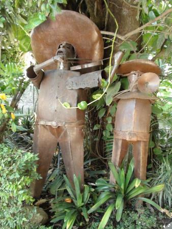 Los Artistas B & B: Statuary