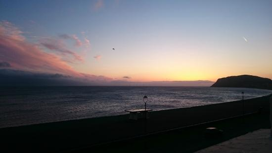 Swn Y Mor Hotel: Sunrise sea view from 2nd floor room
