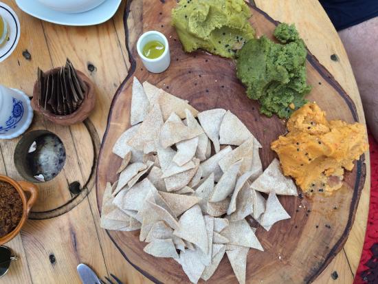 Las Vecinas: Hummus platter