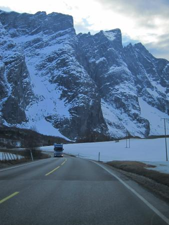 Rauma Municipality, Noruega: Trolltindane summits, road E136, winter in April
