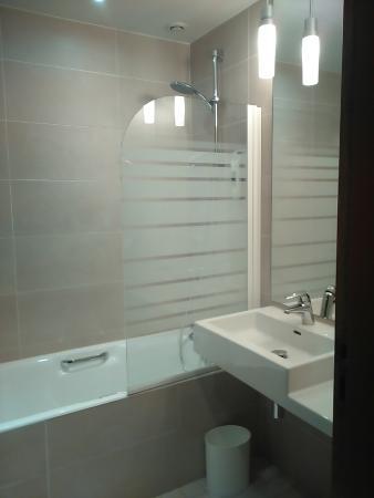 salle de bain picture of mercure bordeaux chateau chartrons bordeaux tripadvisor. Black Bedroom Furniture Sets. Home Design Ideas