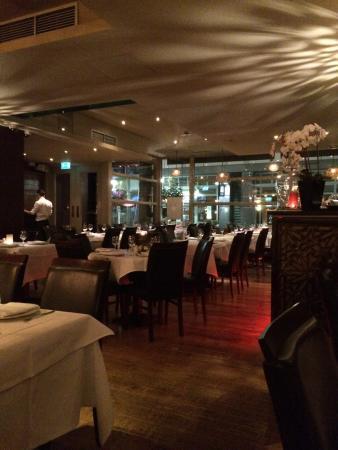 Fora Restaurant: La sala con l'ingresso in fondo a sinistra