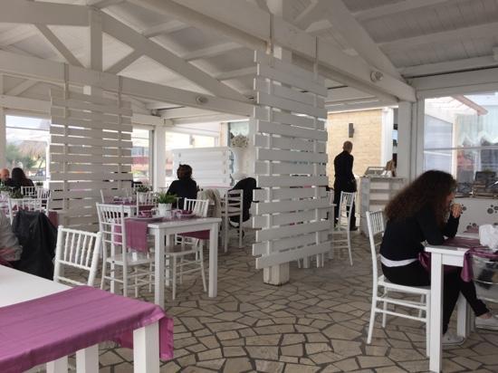 Interno locale foto di mamaflo 39 restaurant lido di for Interno 1 ostia