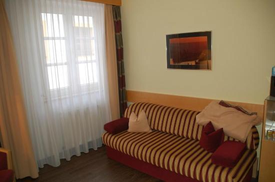 Hotel Residenz Passau: Couch im Zimmer