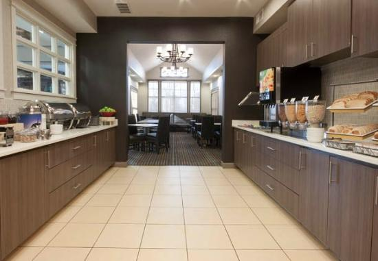 Residence Inn Des Moines West at Jordan Creek Town Center: Breakfast Buffet