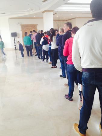 Anissaras, Grecia: Queuing to book restaurant to avoid queuing at other!