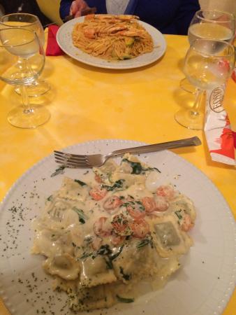 Il Portichetto: Spaghetti scampi e zucchine, ravioli gamberi e gorgonzola. Ottimi