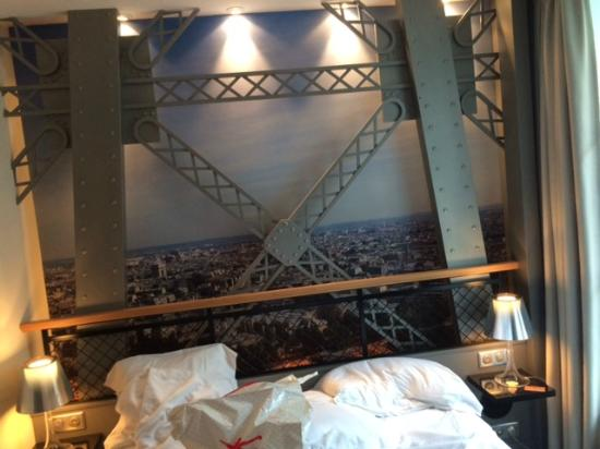 Eiffel tower room picture of hotel design secret de for Hotel paris secret