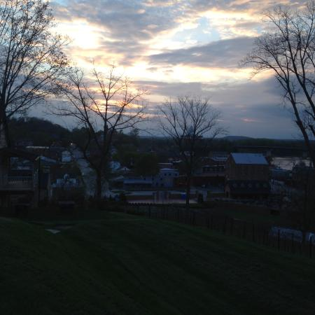 The Inn at Hermannhof: Dusk view from cottage overlooking Missouri River and Town of Hermann