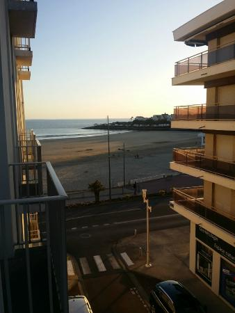 vue du balcon chambre cote ville picture of le grand hotel de la plage royan royan. Black Bedroom Furniture Sets. Home Design Ideas
