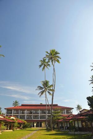 Weligama Bay Resort : Вид со стороны пляжа