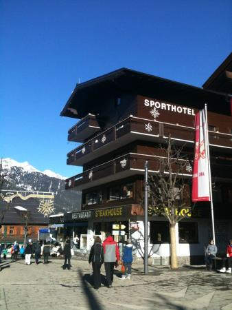 Sporthotel St. Anton: Hotel is on the main street leading to Gondolas to both sides of the valley.