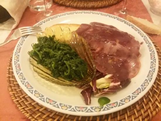 Tari' Ristorante Pizzeria: Dice... brasato di cinta senese al Chianti Classico con spinaci