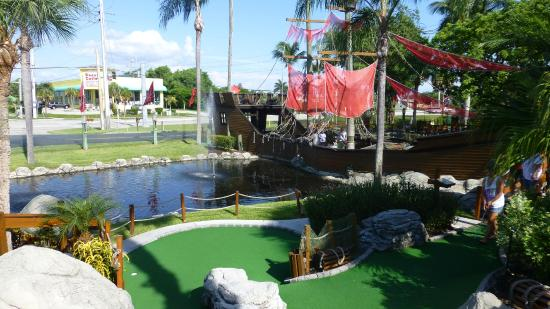 Smugglers Cove Adventure Golf Piratenschiff