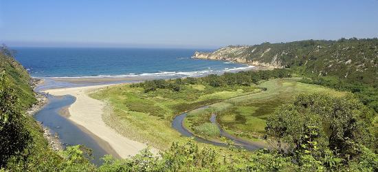 Navia, Spain: La zona está rodeada de rutas, sendas, pueblos, villas, puertos y playas vírgenes.