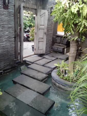 Rumah Santai Villas : Entrance to villas... easy on the Bintang