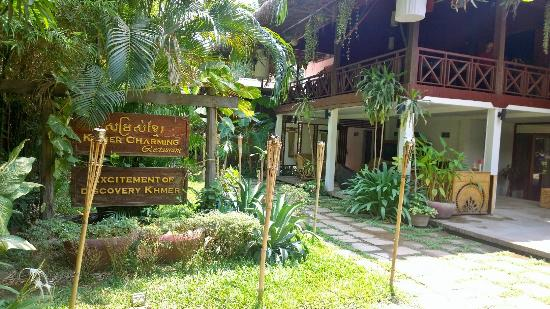 Khmer Charming Restaurant: Courtyard
