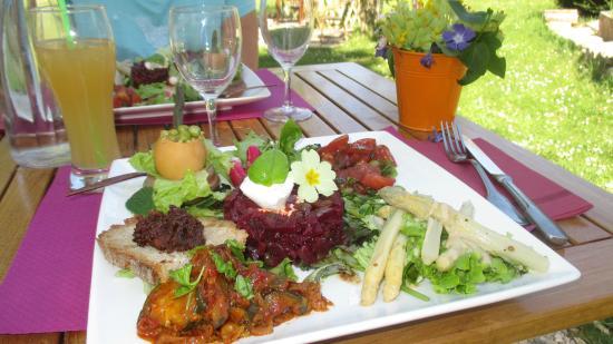 Alles-Sur-Dordogne, France: Assiette du midi pleine de saveurs