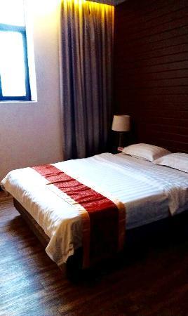 East Asia Hotel: удобная широкая кровать