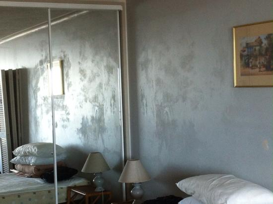 Equinox Resort Apartments: Walls covered with mould in bed area...