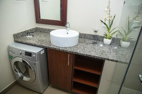 Absolute Farenden Serviced Apartments : Bathroom with Washing Machine