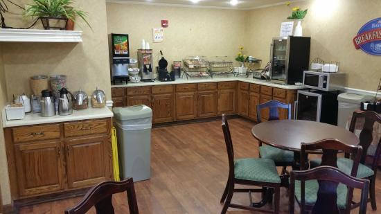 Baymont Inn & Suites Lafayette Airport: Breakfast Area