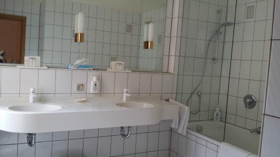 Hotel Hohenstaufen: imenso banheiro