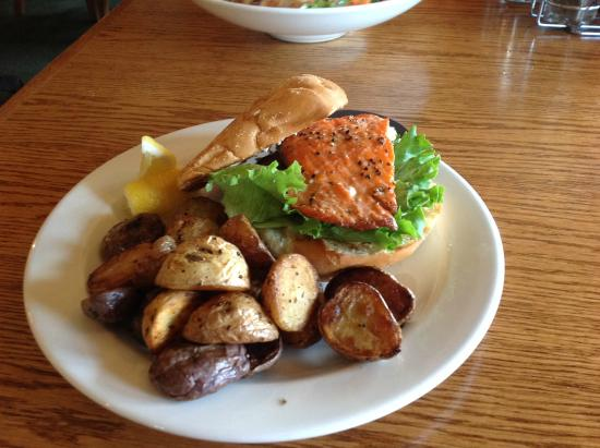 The Flying Steamshovel Gastropub & Inn: Salmon burger