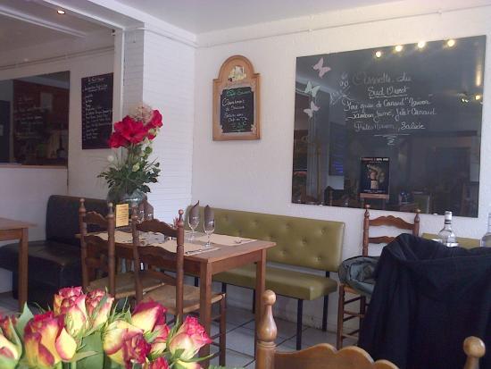 Les Tisons : Une partie de la salle de restaurant