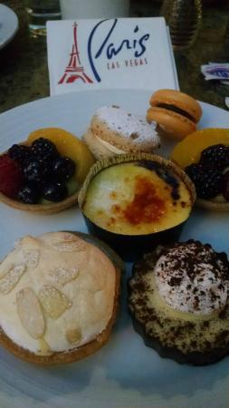 Le Village Buffet: so many desserts!