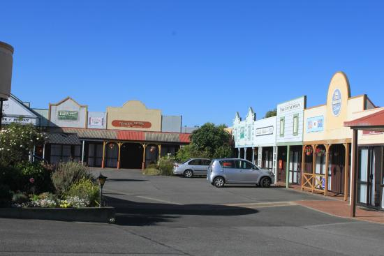 Village Inn Hotel: outside of hotel