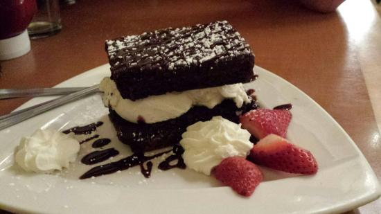 Leelynn's Dinning Room & Lounge: Homemade ice cream sandwich .. soooo yummy!!