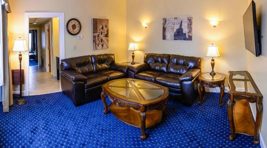 Asbury Inn & Suites: VIP Suite Living Room