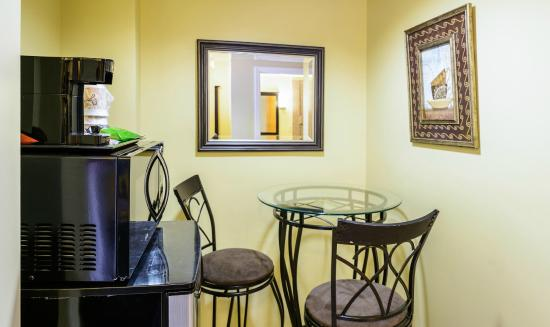 Asbury Inn & Suites: VIP Suite breakfast nook
