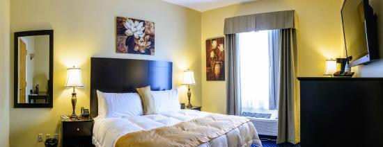 Asbury Inn & Suites: Suite bedroom (1 King bed)