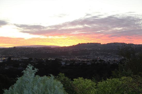 Cityview B&B Homestay: Sun set from rear deck!