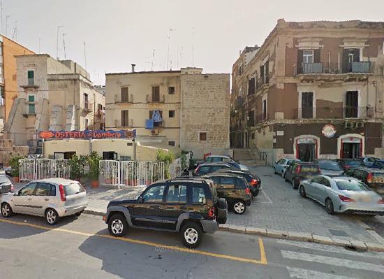 B&B Bella Bari : Parkeer op Corso Antonio de Tullio, tegenover Hosteria Al Gambero, en neem de trappen rechts van