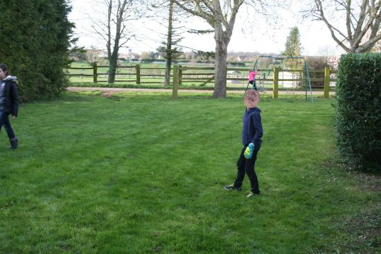 Potigny, Fransa: Les enfants profitent du jardin