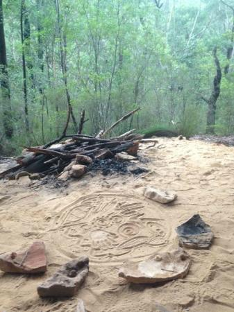 Aboriginal Blue Mountains Walkabout : Sand drawings and ochre paintings