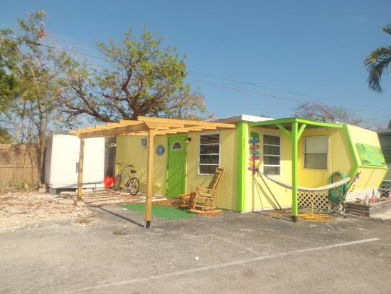 Pelican RV Resort and Motel: Some sites proudly display their Old Florida style