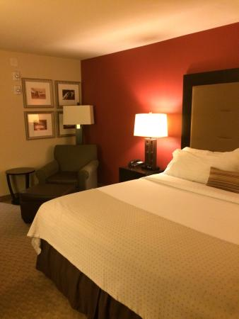 Holiday Inn Temple- Belton : King sized bed - nice chair and ottoman