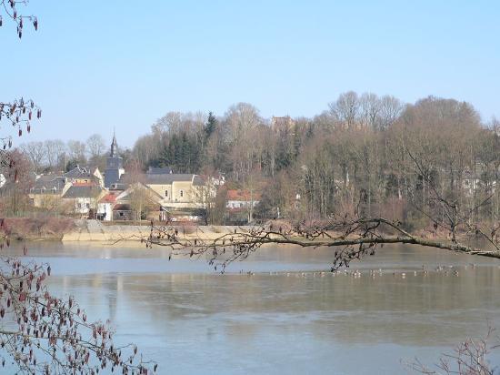 Les etangs, le village de Latour en arriere plan
