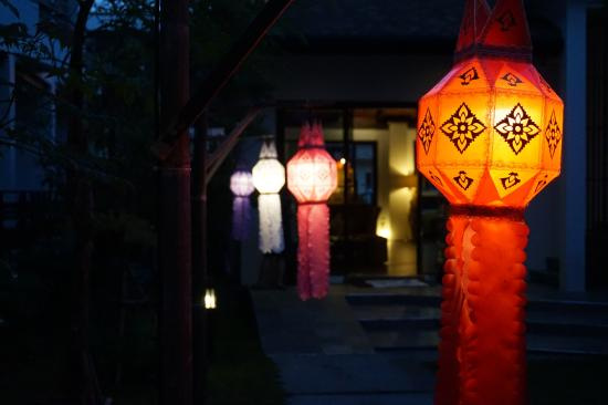 Le Patta : Songkran lantern in the garden