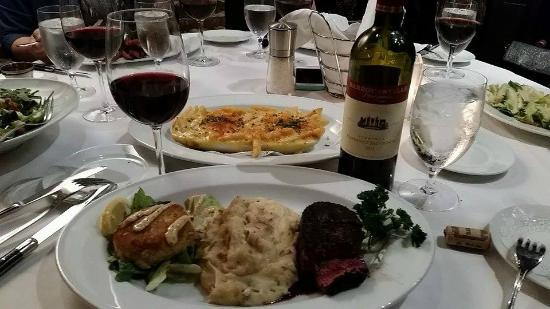 Shoemakers American Grille : Filet and Crabcake