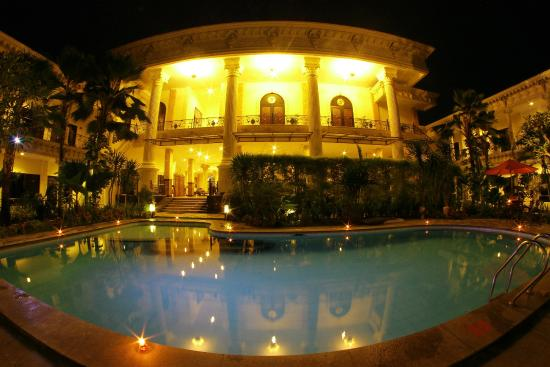 The Grand Palace Hotel Yogyakarta : Romantic dinner view in pool area
