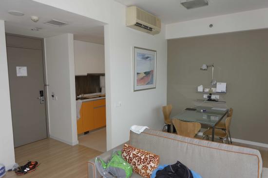 Citadines Mount Sophia Singapore : Room #1225 - Entrance & kitchen