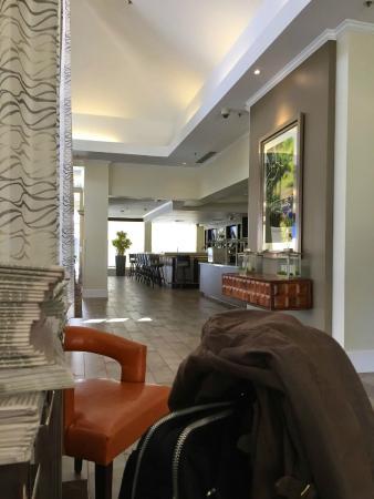 Hilton Garden Inn Mountain View: ロビーからバーを見たところ