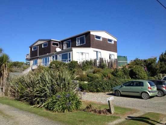 Lazy Dolphin Lodge: VIEW FROM ROAD